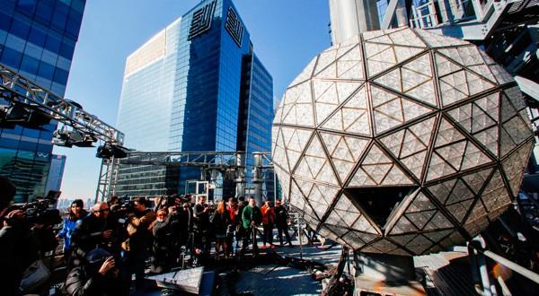 Reporteros intentan dar un vistazo a los triángulos de Waterford Crystal en la bola de cristal tradicional de la fiesta de víspera de Año Nuevo en Times Square, sobre el techo del edificio One Times Square en el distrito de Manhattan en Nueva York, Estados Unidos. 27 de diciembre, 2018. REUTERS/Eduardo Munoz