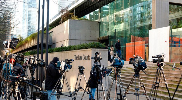 En la imagen, representantes de diversos medios en las puertas del tribunal superior que tramita el caso contra la directora financiera de Huawei, Meng Wanzhou, en Vancouver, Canadá, el 7 de diciembre de 2018. REUTERS/David Ryder