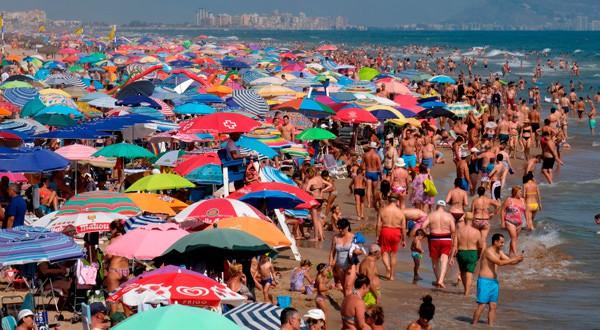 En la imagen de archivo, bañistas en una playa en Gandia, cerca de Valencia, España. REUTERS/Heino Kalis
