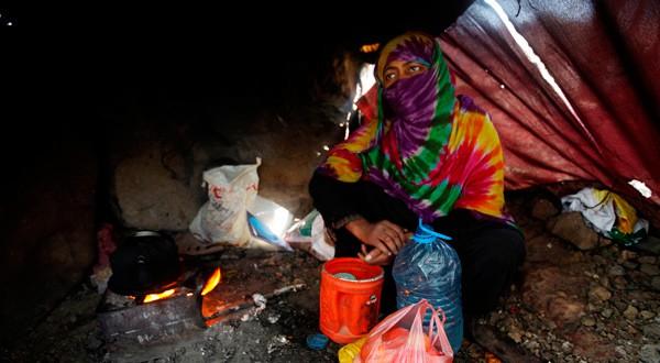 En la imagen, una mujer desplazada desde la ciudad portuaria del Mar Rojo, Hodeiach, cocina en su refugio familiar en Sanaa, Yemen, el 28 de noviembre de 2018. REUTERS/Mohamed al-Sayaghi