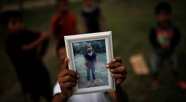 Abdel Caal mostró una foto de su hermana fallecida. En la ONU un relator pide a EEUU hacer una investigación independiente del caso / REUTERS