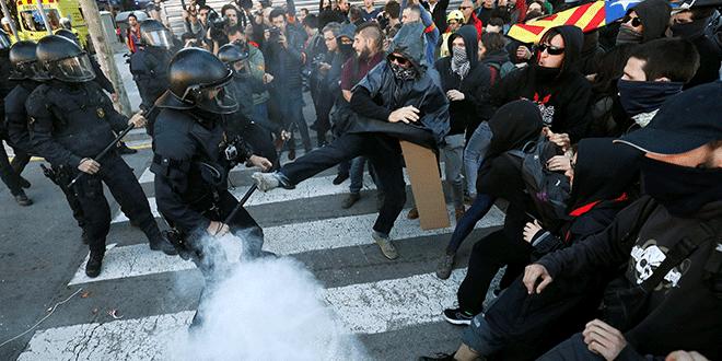 Foto archivo: enfrentamiento entre los agentes de la policía de Mossos d'Esquadra y manifestantes de los Comités de Defensa de la República (CDR). Barcelona, España, 10 de noviembre de 2018. REUTERS / Albert Gea