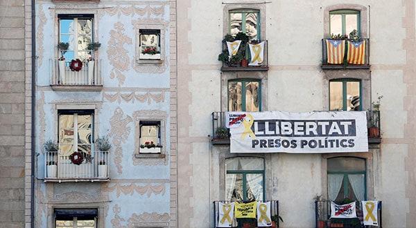 Carteles con mensajes en favor de la libertad de los independentistas catalanes en prisión / REUTERS/Albert Gea