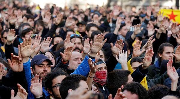 Durante el Consejo de Ministros, grupos de manifestantes salieron a protestar