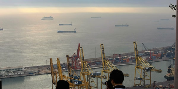 Turistas en el puerto de Barcelona. En España, el Estado regula los servicios portuarios sin apertura a la competencia / REUTERS / Gustau Nacarino