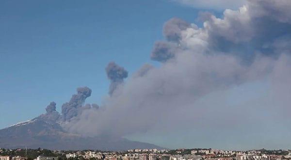 El volcán Etna en erupción este 24 de diciembre. Ocasionó Un terremoto de magnitud 4,8 grados/ REUTERS