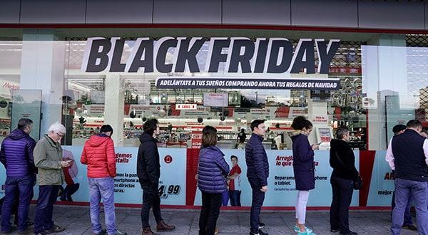 Un grupo de personas hace cola durante las rebajas del Black Friday de ventas minoristas en grandes almacenes en Baracaldo, cerca de Bilbao / REUTERS/Vincent Wes