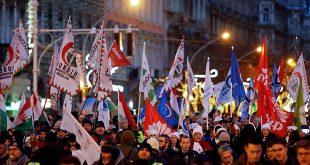 """Manifestación contra la nueva legislación laboral, considerada como la """"ley de esclavos"""" en Budapest, Hungría"""