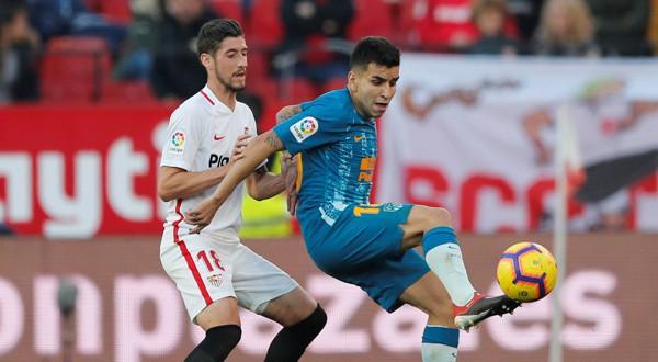 El jugador del Sevilla, Sergio Escudero, y el del Atlético de Madrid, Ángel Correa, disputan un balón durante el Sevilla-Atlético de Madrid (REUTERS)