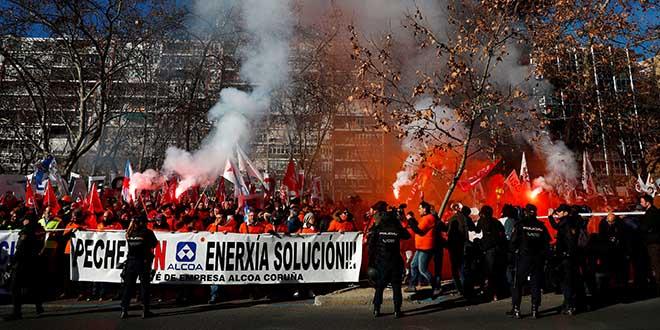 Los trabajadores de la compañía estadounidense Alcoa en una protesta contra el cierre de dos plantas de aluminio en el norte de España frente al Ministerio de Industria español en Madrid, España, el 8 de enero de 2019. Foto: REUTERS / Juan Medina