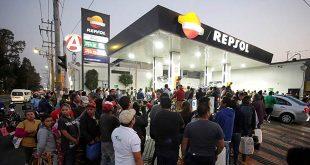 En bici, monopatín y taxi, los mexicanos sortean la falta de gasolina