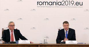 El presidente de Rumanía, Klaus Iohannis, junto al presidente de la Comisión Europea, Jean-Claude Juncker en Bucarest