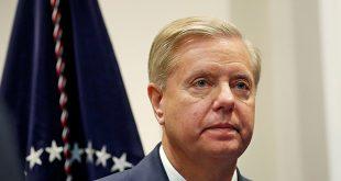 El senador Lindsey Graham espera que el presidente estadounidense, Donald Trump, entre a la sala Roosevelt de la Casa Blanca en Washington, Estados Unidos. Foto: REUTERS/Leah Millis