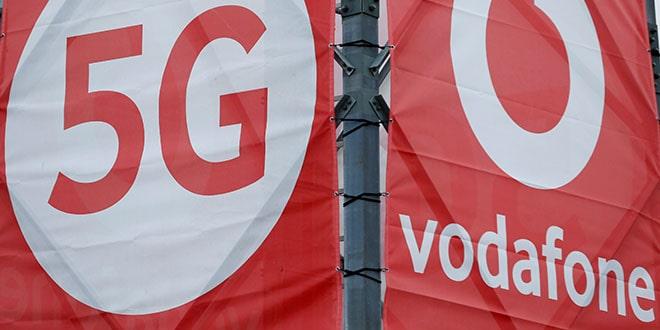 Los logotipos de la compañía de tecnología y telecomunicaciones 5G Vodafone en el Laboratorio de Movilidad 5G de Vodafone en Aldenhoven, Alemania, el 27 de noviembre de 2018.REUTERS / Thilo Schmuelgen / Foto de archivo