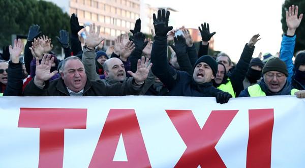 Huelga de taxis en Madrid, a las afueras de los pabellones de Ifema