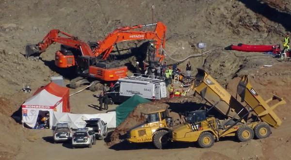 Los mineros descienden por la galería vertical para trabajar en el rescate de Julen