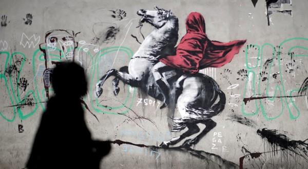 Imagen archivo de un mural atribuido a Bansky en París, Francia. 25 de junio de 2018.
