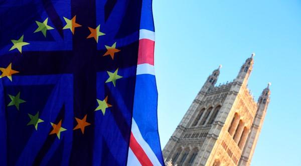 Las banderas de la Unión Europea y Reino Unido ondean a las afueras del Parlamento británico. REUTERS/Clodagh Kilcoyne