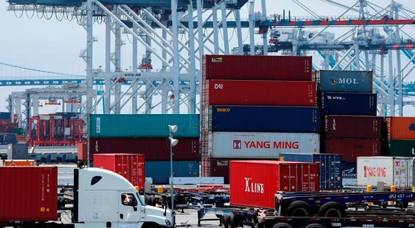 En la imagen, grúas, contenedores y camiones en el puerto de Los Ángeles, EEUU, 16 de julio de 2018. REUTERS/Mike Blake