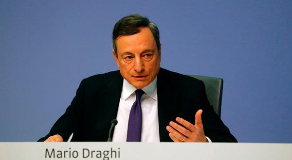El presidente del Banco Central Europeo (BCE), Mario Draghi, realiza una conferencia de prensa tras la decisión de la tasa de interés del consejo de gobierno en la sede del BCE en Frankfurt, Alemania, el 26 de abril de 2018. REUTERS / Kai Pfaffenbach