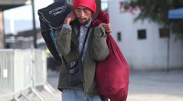 Un migrante intenta llegar a EEUU cerca del refugio Barretal en Tijuana, México.