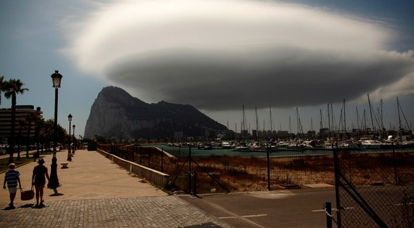En la imagen de archivo, gente caminando cerca del peñón de Gibraltar en La Línea de la Concepción, España. REUTERS/Jon Nazca/File Photo