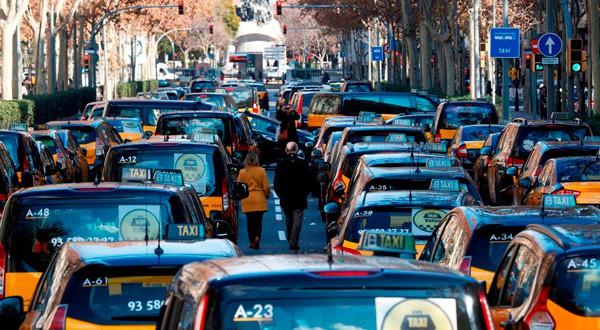 Taxistas colapsan vías en Barcelona. REUTERS