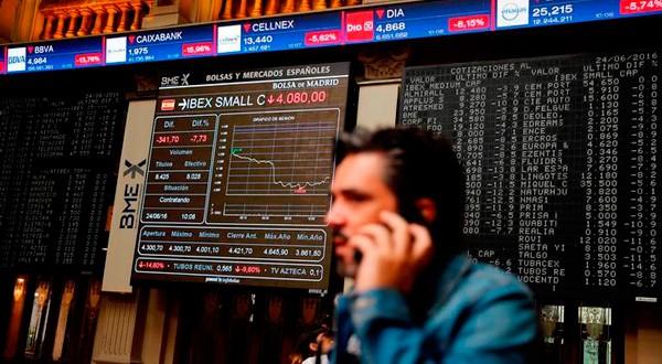 En esta imagen de archivo, un hombre habla por su teléfono móvil en el parqué de la Bolsa de Madrid, el 24 de junio de 2016. REUTERS/Andrea Comas