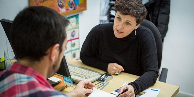 Un usuario de Incorpora habla con una técnica de inserción.