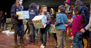 Más de 6.000 niños en situación de vulnerabilidad desenvolverán regalos en reyes a través de CaixaProinfancia