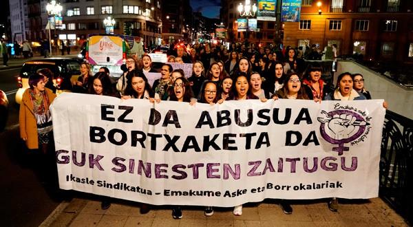 """En la imagen, manifestantes con una pancarta en la que se lee: """"No es abuso, es violación. Nosotras te creemos"""" durante una protesta en Bilbao por la sentencia de la Manada el 5 de diciembre de 2018. REUTERS/Vincent West"""