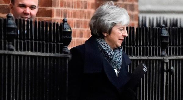 En la imagen, la primera ministra británica Theresa May sale del número 10 de Downing Street en Londres, Reino Unido, el 14 de enero de 2019. REUTERS/Clodagh Kilcoyne