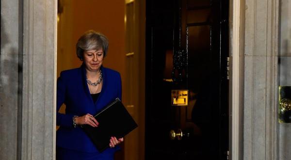En la imagen, la primera ministra británica, Theresa May, se prepara para dar un discurso tras ganar la moción de confianza después de que el parlamento rechazara su acuerdo del Brexit, en el número 10 de Downing Street en Londres, Reino Unido, el 16 de enero de 2019. REUTERS/Clodagh Kilcoyne