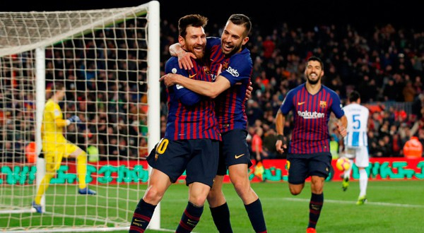 Lionel Messi y Jordi Alba celebran el tercer gol de la victoria ante Leganés. REUTERS