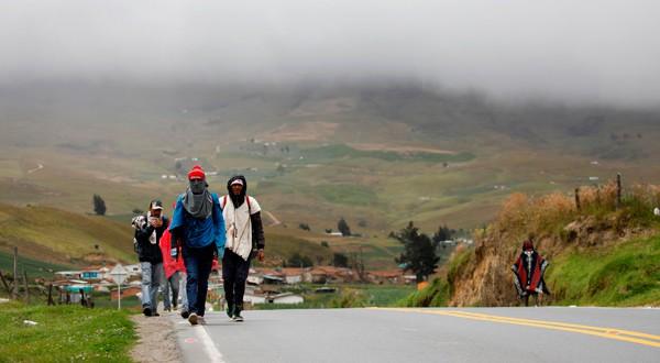 Inmigrantes indocumentados caminan hacia Ecuador junto a la ruta en Berlín, Colombia. 28 de agosto del 2018. REUTERS/Carlos Garcia Rawlins