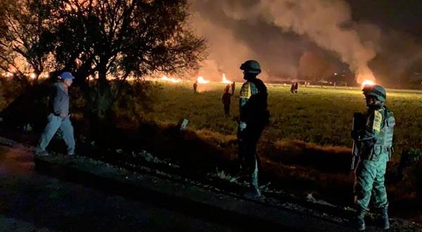 Militares mexicanos observan las llamas tras la ruptura de un ducto en el municipio de Tlahuelilpán, en Hidalgo, México. 18 de enero de 2019. Secretaría de Defensa Nacional (SEDENA)/vía REUTERS. ATENCIÓN EDITORES - ESTA IMAGEN HA SIDO ENTREGADA POR UN TERCERO.
