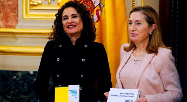 En la imagen, la ministra de Hacienda, María Jesús Montero, y la presidenta del Congreso, Ana Pastor, en la presentación de la propuesta de presupuestos generales para 2019 en el Parlamento, Madrid, España, 14 de enero de 2019. REUTERS/Juan Medina