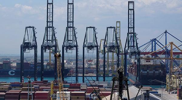 Grúas y contenedores en el puerto de Valencia.