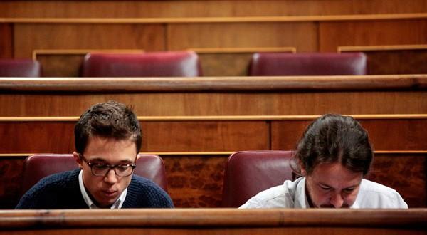 Errejón e Iglesias en sus escaños del Parlamento. REUTERS