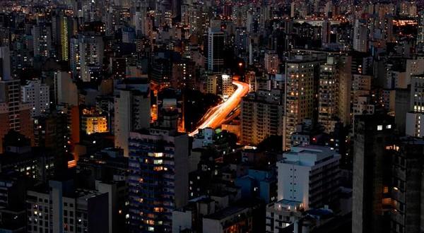 En la imagen de archivo una vista general muestra edificios y automóviles que circulan por una avenida principal en el centro de Sao Paulo, Brasil, el 1 de febrero de 2018. REUTERS/Paulo Whitaker