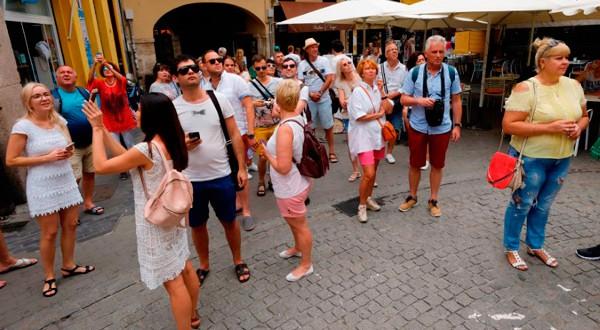 Un grupo de turistas en el centro de Valencia el 1 de septiembre de 2017. REUTERS/Heino Kalis