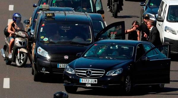 Taxistas discuten con el conductor de un VTC no identificado durante una huelga de taxistas contra lo que consideran competencia desleal de los VTC, en Barcelona, 26 de julio de 2018. REUTERS/Albert Gea
