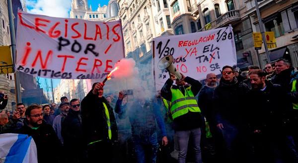 Taxistas protestan con bengalas y pancartas en Madrid. REUTERS