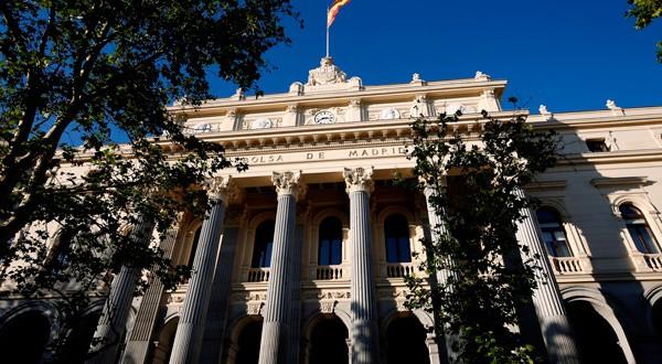 En la imagen de archivo, una bandera española ondea sobre el edificio de la bolsa de Madrid el 1 de junio de 2016. REUTERS/Juan Medina