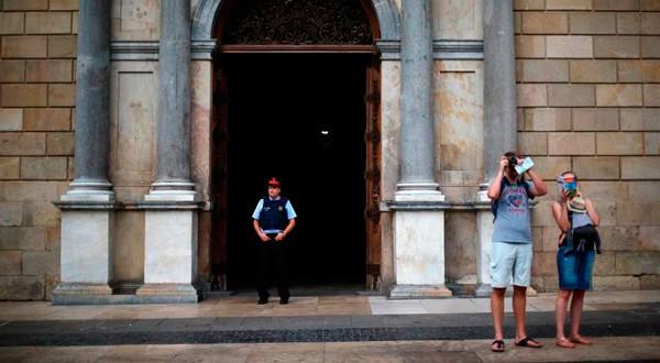 En la imagen, turistas hacen fotos en el exterior del Palau de la Generalitat en Barcelona, el 9 de octubre de 2017. REUTERS/Iván Alvarado
