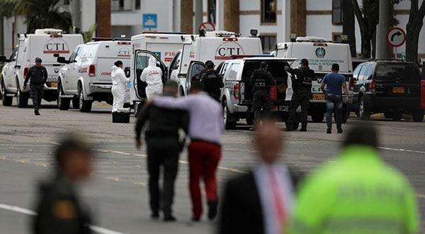 Policías y personal de seguridad en la academia policial donde explotó el coche bomba en Bogotá. REUTERS/Luisa González