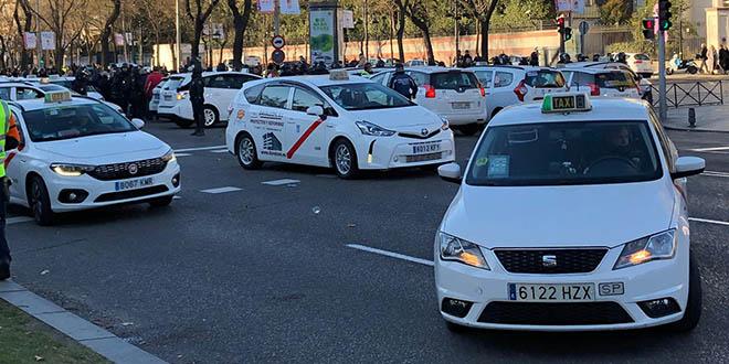 Taxistas bloqueando la Castellana esta mañana. Foto: CAMBIO16