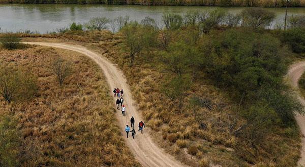 Migrantes mexicanos logran sortear la seguridad hasta llegar al estado fronterizo de Texas, EEUU.