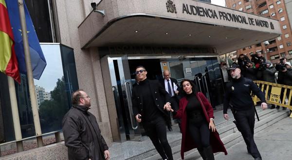 Cristiano Ronaldo y su novia, Georgina Rodríguez, salen de la Audiencia Provincial de Madrid /REUTERS