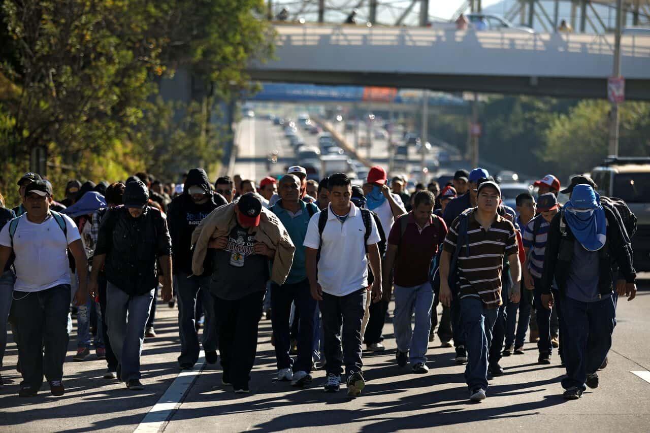 Los migrantes salvadoreños avanzan en una nueva caravana que se propone llegar a Estados Unidos a través de la frontera mexicana. REUTERS/José Cabezas
